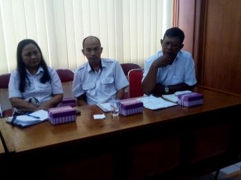 Pejabat Distanak Kalteng Fathur Rahman (paling kanan) menjelaskan persoalan naik drastisnya daging ayam ras shg menjadi pemicu utama inflasi tinggi di Kalteng, saat rapat evaluasi bulanan TPID, Rabu (4/1/2017). BORNEONEWS/M ROZIKIN