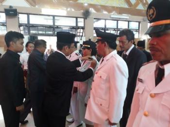 Pj Bupati Barito Selatan Mugeni melantik pejabat eselon II, III, dan IV di Gedung Pertemuan Umum Jaro Pirarahan, Buntok, Rabu (4/1/2017). (BORNEO/URIUTU)