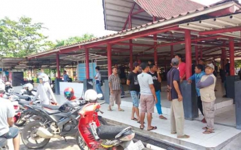 Sejumlah PKL Taman Kota Sampit ketika masih berada di lokasi tempat pembagian lapak di pasar eks Gedung Bioskop Mentaya, sebelum ngelurug ke DPRD Kotim, Kamis (5/1/2017). BORNEONEWS/M.HAMIM
