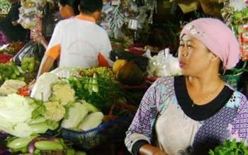 Seorang pedagang sayur di Pasar Saik Kuala Pembuang tengah menunggu pembeli. BORNEONEWS/PARNEN