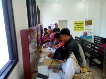 Warga berebut ingin segera mengurus surat kendaraan bermotor. Sambil antri, mereka berdesakan mengisi formulir isian di kantor Samsat Palangka Raya, Kamis (5/1/2017). BORNEONEWS/M ROZIKIN