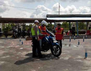 Ujian berkendara untuk membuat Surat Izin Mengemudi (SIM) di Satlantas Polres Sukamara. BORNEONEWS/NORHASANAH