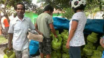 Pedagang tabung gas elpiji tiga kilogram. BORNEONEWS/NORHASANAH
