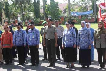 Tampak para pegawai saat mengikuti upacara di halaman kantor Bupati Kotim. BORNEONEWS/RAFIUDDIN.
