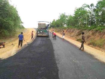 Pengerjaan infrastruktur jalan di Kabupaten Lamandau. BORNEONEWS/HENDY NURFALAH