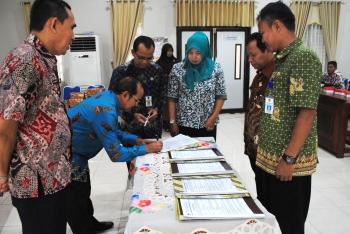 Dinas Pendidikan Kabupaten Barito Utara menggelar serah terima jabatan sejumlah pejabatnya di aula Bapedda, Kamis (5/1/2017). (BORNEONEWS/RAMADHANI)