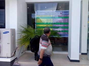 SKEMA TARIF BARU - Seorang warga melihat skema tarif baru yg dipajang di depan kantor Samsat Jalan RTA Milono sesuai PP yang baru, Kamis (5/1/2016). BORNEONEWS/M ROZIKIN