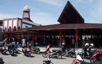Sejumlah PKL berkumpul di bangunan Eks Mentaya Theater karena menolak relokasi yang dianggap tidak menguntungkan. BORNEONEWS/DOK