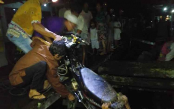 Warga mengevakuasi kendaraan David yang terjerembab dari jembatan titian Kelurahan Raja Seberang, Pangkalan Bun, Kamis (5/1/2016) malam. (BORNEONEWS/KOKO SULISTYO)
