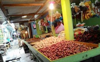 JUAL BAWANG: Pedagang bawang di Pasar Besar, Palangka Raya sedang menunggu pembeli. BORNEONEWS/TESTI PRISCILLA