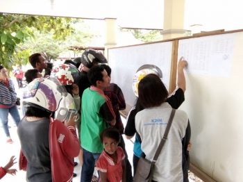 Pelamar tenaga kontrak Pemkab Lamandau melihat pengumuman hasil tes rekrutmen, di depan kantor BKPP setempat, Jumat (6/1/2017). BORNEONEWS/HENDY NF