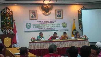 Bupati Kotim Supian Hadi, Wakil Bupati M Taufiq Mukri dan Direktur Program Pascasarjana Universitas Palangka Raya Prof Dr Ir Sih Winarti MS (kanan) saat seminar pengembangan pertanian di lantai II kantor bupati, Jumat (6/1/2017).