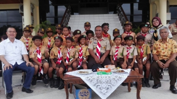 FOTO BERSAMA : Ketua Kwarcab Palangka Raya, Mofit Saptono Subagio foto bersama dengan beberapa anak pramuka. BORNEONEWS/TESTY PRICILLA