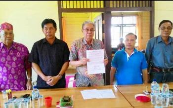 Ketua DAD Katingan Duwel Rawing bersama anggotanya menggelar konferensi pers di kantor sekretariat DAD Jalan Tambun Kasongan, Jumat (6/1/2017). BORNRONEWS/ABDUL GOfUR