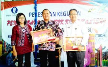 FOTO BERSAMA : Muhamad Nur saat masih menjabat Kepala Perwakilan Bank Indonesia Kalteng foto bersama di sela meresmikan kelompok kerja perempuan pembatik. BORNEONEWS/TESTI PRISCILLA