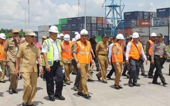 Bupati Kotim Supian Hadi bersama Gubernur Kalteng Sugianto Sabran saat meninjau Pelabuhan Bagendang beberapa waktu lalu. BORNEONEWS/RAFIUDDIN
