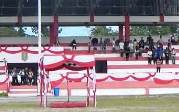 Panitia mempersiapkan lokasi upacara puncak peringatan HUT ke-64 Kotawaringin Timur, di Stadion 29 Nopember Sampit, Jumat (6/1/2017). BORNEONEWS/RAFIUDIN