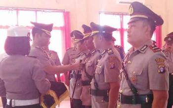 Kapolres Sukamara, AKBP Rade Mangaraja Sinambela saat memasang tanda jabatan kepada pejabat Polres Sukamara yang baru. BORNEONEWS/NORHASANAH