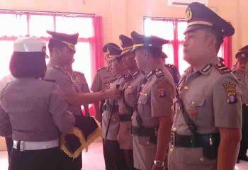 Serah terima jabatan tiga perwira di Polres Sukamara yang dipimpin Kapolres Sukamara AKBP Rade Mangaraja Sinambela, Jumat (6/1/2017). BORNEONEWS/NORHASANAH