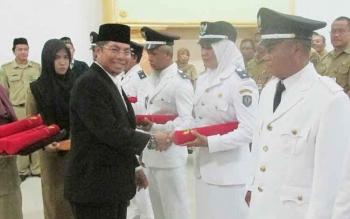 Bupati Seruyan Sudarsono sewaktu melantik sejumlah kepala desa di Kuala Pembuang.BORNEONEWS/PARNEN