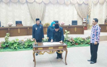 Bupati Barito Utara Nadalsyah menandatangani nota kesepakatan disaksikan unsur pimpinan DPRD, Jumat (61/2017). (BORNEONEWS/RAMADANI)