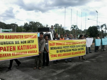 Para pendemo di kantor DPRD Katingan menuntut penonaktifan Bupati Ahmad Yantenglie. BORNEONEWS/TIM