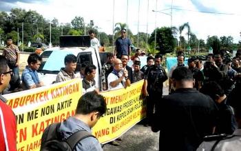 Aksi demo damai yang dari sekelompok warga mengatasnamakan Aliansi Masyarakat Katingan Bersatu di Gedung DPRD, Jumat (6/1/2017). Mereka menuntut DPRD menonaktifkan Bupati Katingan. BORNEONEWS/TIM