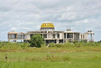 Masjid Agung yang menjadi salah satu proyek tahun jamak (multiyears) di Kabupaten Pulang Pisau masih dalam tahap penyelesaian. BORNEONEWS/JAMES DONNY