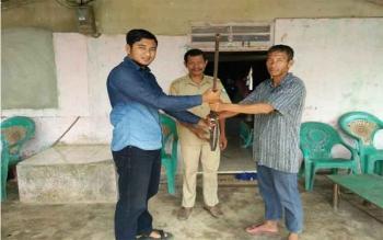 Sertu Dian, anggota Kodam XII/Tanjungpura, yang bertugas di Sanggau menerima senjata api,, Jumat (6/1/2017). Senjata diserah oleh Pinen (40), warga Dusun Bantan, Desa Bungkang, Sanggau, Kalbar. BORNEONEWS/PENDAM TANJUNGPURA