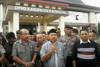 Anggota DPRD Katingan Fahmi Fauzi didampingi Ketua DPRD Katingan Ignatius Mantir L Nusa dan sejumlah anggota dewan lainnya saat menyampaikan penjelasan kepada pendemo di kantor dewan setempat, Jumat (6/1/2017).BORNEONEWS/TIM