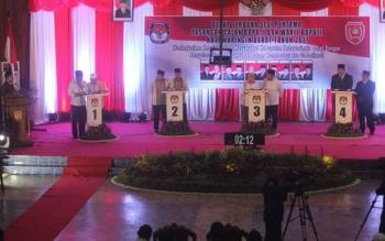 Lima pasangan calon Bupati dan Wakil Bupati Kotawaringin Barat 2017-2022, menyampaikan visi dan misi saat debat publik sesi pertama, di DPRD Kobar, Pangkalan Bun, Sabtu (7/1/2017). BORNEONEWS/FAHRUDDIN FITRIYA