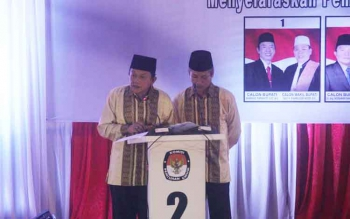 Pasangan INDRANOR saat menjawab moderator debat publik Pilkada Kotawaringin Barat 2017, di DPRD Kobar, Pangkalan Bun, Sabtu (7/1/2016). BORNEONEWS/FAHRUDDIN FITRYA