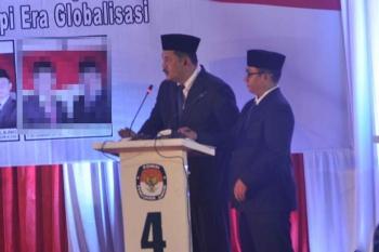 Pasangan Nomor urut 4, Desi Hercules-Gusti Awaluddin (SIDIN), menjawab pertanyaan moderator saat debat publik di gedung DPRD Kobar, Sabtu (7/1/2017). BORNEONEWS/FAHRUDDIN FITRIYA