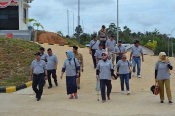 Beberapa anggota DPRD Barut saat melakukan kunjungan dan peninjauan di PLTMG Bangkanai, Desa Karendan. BORNEONEWS/RAMADANI