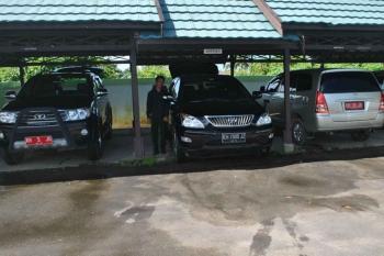 MOBIL DINAS : Beberapa mobil dinas milik Pemkab Pulang Pisau diparkir. Sementara itu masih banyak mantan pejabat yang sudah pensiun masih membawan mobil dinas. BORNEONEWS/JAMES DONNY