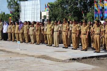 UPACARA : PNS Pemkab Pulang Pisau mengikuti upacara rutin. Sementara itu saat ini ada empat PNS sedang diperiksa oleh Inspektorat Pulang Pisau. BORNEONEWS/JAMES DONNY