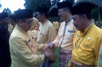 Pejabat Bupati Kobar, Nurul Edy menyalami sejumlah pejabat yang baru dilantik, Sabtu (7/1/2016)