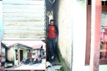Untuk mendatangi makam tersebut harus memasuki celah sempit di antara rumah warga. makam ini berada di belakang rumah bernomor 084 Gang Kapten RT 1 Desa Sungai Kapitan Kecamatan Kumai Kabupaten Kobar. BORNEO/WAHYU KRIDA