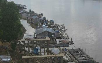 Sejumlah keramba ikan berjejer di Sungai Katingan sekitar Jembatan Kasongan tampak berjejer. (BORNEONEWS/ABDUL GOFUR)