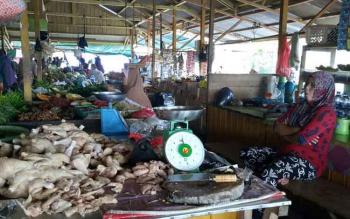 Pedagang daging ayam ras di Pasar Sayur Ikan (Saik) Sukamara. BORNEO/NORHASANAH