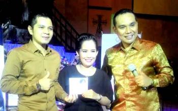 Conny Gerung (tengah) bersama Ketua KNPI Kapuas Bob Dwi Cipta Maha Putra sekaligus anggota DPRD Kapuas dan Edy Freser saat launching album rohani. (BORNEONEWS/DJEMMY N)