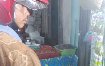 Pembeli saat berbelanja sayur di pasar Kuala Kurun, Kabupaten Gumas. Saat ini harga beberapa jenis sayur di Gumas masih mahal. BORNEONEWS/EPRA SENTOSA