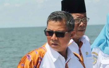 Bupati Seruyan Sudarsono ketika meninjau Pelabuhan Segintung. BORNEONEWS/PARNEN