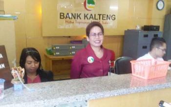Ratu, pegawai bagian pelayanan Bank Kalteng Cabang Buntok, Kabupaten Barito Selatan. (BORNEONEWS/URIUTU)