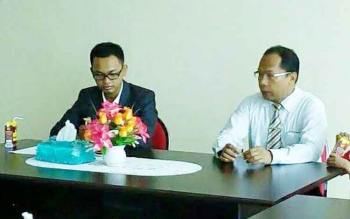 Direktur RSSI Pangkalan Bun, Suyuti Syamsul (kemeja putih) saat menerima kunjungan anggota DPD RI Muhammad Rakhman, beberapa waktu lalu. BORNEONEWS/FAHRUDDIN FITRYA