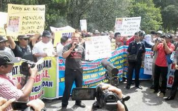 Sekitar 100-san warga melakukan aksi demo damai di halaman Kantor DPRD Katingan menuntut agar wakil rakyat segera melakukan timdakan atas kasus yang mendera Bupati Ahmad Yantenglie, Senin (9/1/2017) siang. BORNEONEWS