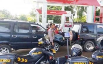 Aparat Kepolisian Resor Barito Selatan menertibkan antrean kendaraan di SPBU Jalan Pahlawan Atas, Buntok, Senin (9/1/2017). (BORNEONEWS.URIUTU)