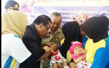 Bupati Sukamara Ahmad Dirman saat memberikan Imunisasi PIN Polio di Kantor Kelurahan Padang Sukamara. (BORNEONEWS/NORHASANA)
