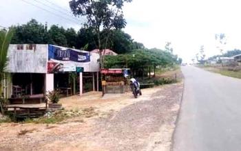Salah satu bangunan ruko si jalan Ahmad Yani Simpang Runtu, Kecamatan Pangkalan Lada berdiri diaras tanah restan milik Pemkab Kobar. Warga yang mengaku mendapatkan tanah tersebut dari oknum perangkat desa Pandu Senjaya berinisial DA minta ganti rugi. BORN
