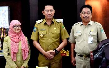 Bupati Barito Utara Nadalsyah bersama Plt Kepala Dinas Kearsiban dan Perpustakaan Samsul Bahri dan pegawai perpustakaan. (BORNEO/RAMADHANI)